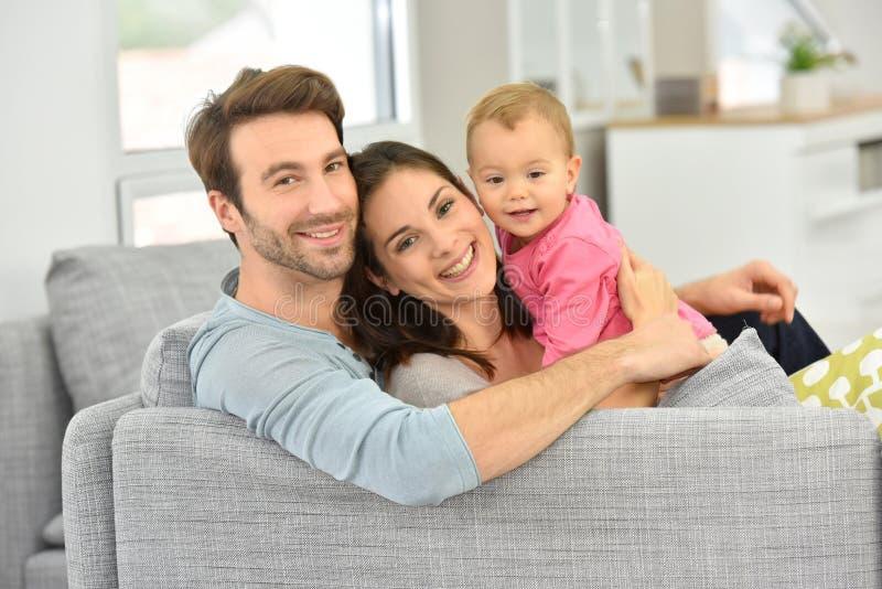 有女婴的父母在家 免版税库存图片