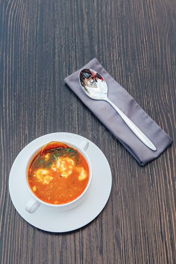 有奶油的传统俄语索良卡在一张木桌上 与奶油的索良卡汤 免版税库存照片