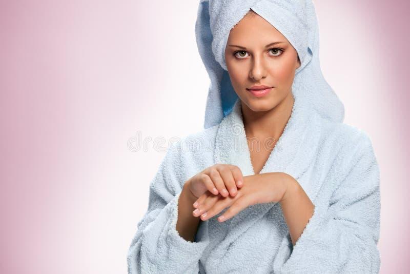 有奶油的少妇润湿的手 库存照片