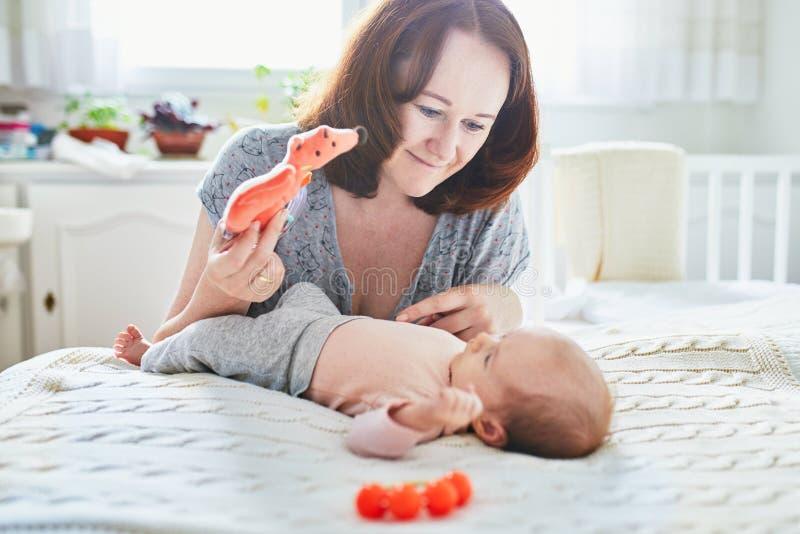 有她可爱的新出生的女婴的美丽的妇女 图库摄影