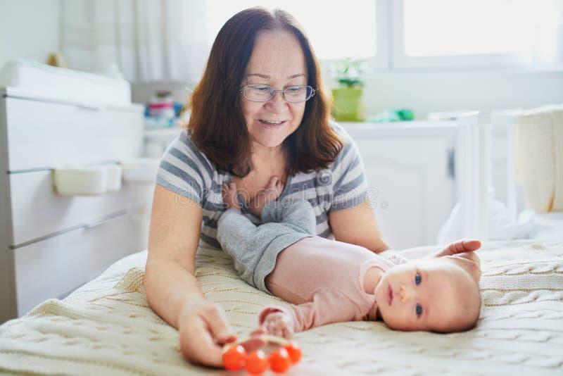有她可爱的新出生的孙女的祖母 免版税库存照片