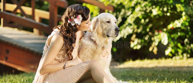 有她可爱的狗的快乐的妇女 库存图片