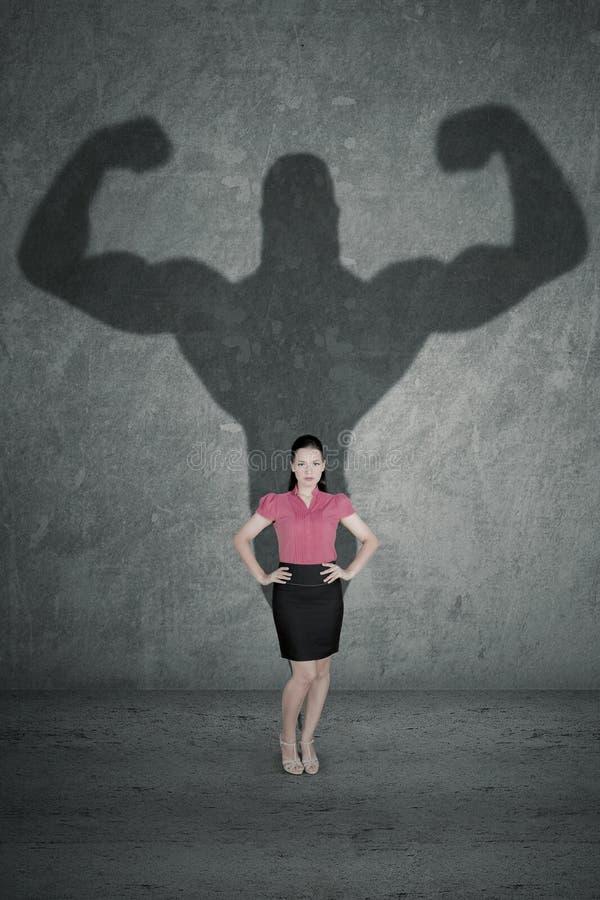 有她强的阴影的女性企业家 免版税库存图片