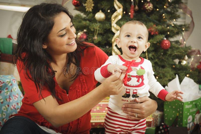 有她新出生的婴孩圣诞节纵向的种族妇女 免版税图库摄影