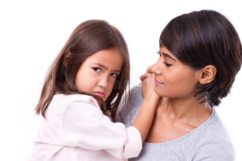 有她有同情心的母亲的沮丧,哭泣的女儿,概念 库存照片