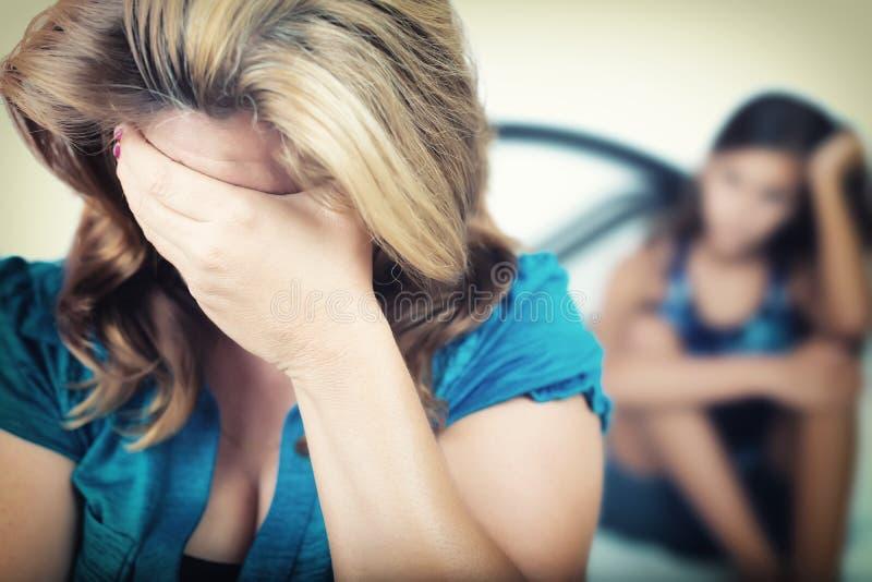 有她混乱的十几岁的女儿的担心的母亲 免版税库存照片