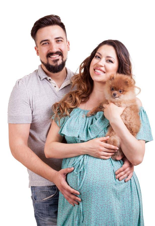 有她的丈夫的微笑的孕妇白色背景的 免版税库存照片