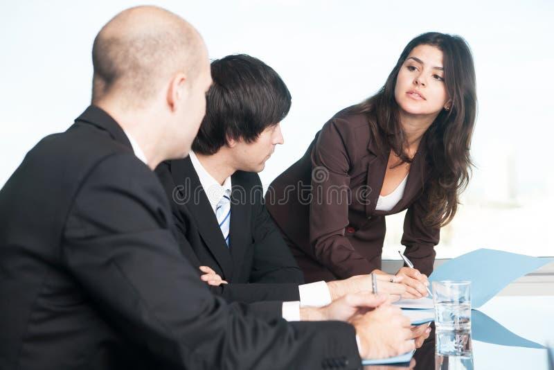 有她的伙伴的女性经理 库存图片