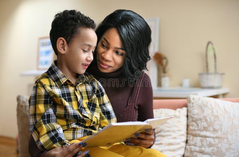 有她的儿子的年轻非裔美国人的妇女 库存图片