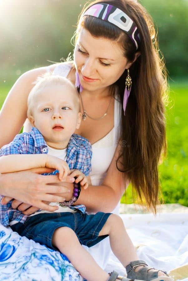 有她的儿子的年轻母亲,孩子有大脑麻痹 图库摄影