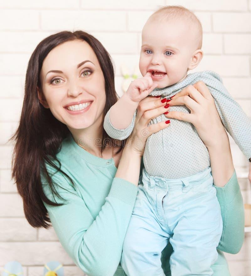 有她的十个月的愉快的母亲婴孩 库存图片