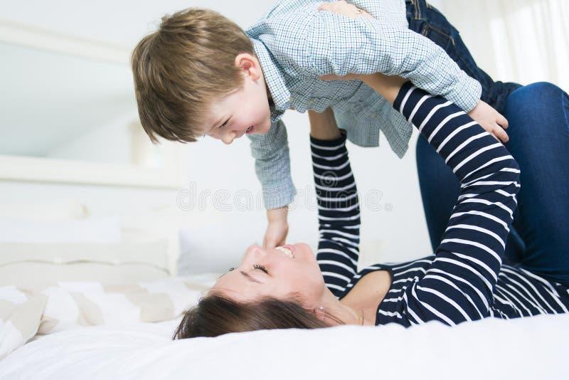 有她的四岁的年轻母亲小儿子 免版税库存照片