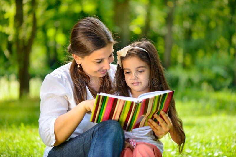 有她的女儿的愉快的年轻母亲 免版税库存图片