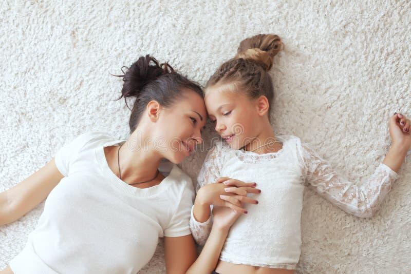 有她的女儿的母亲 图库摄影