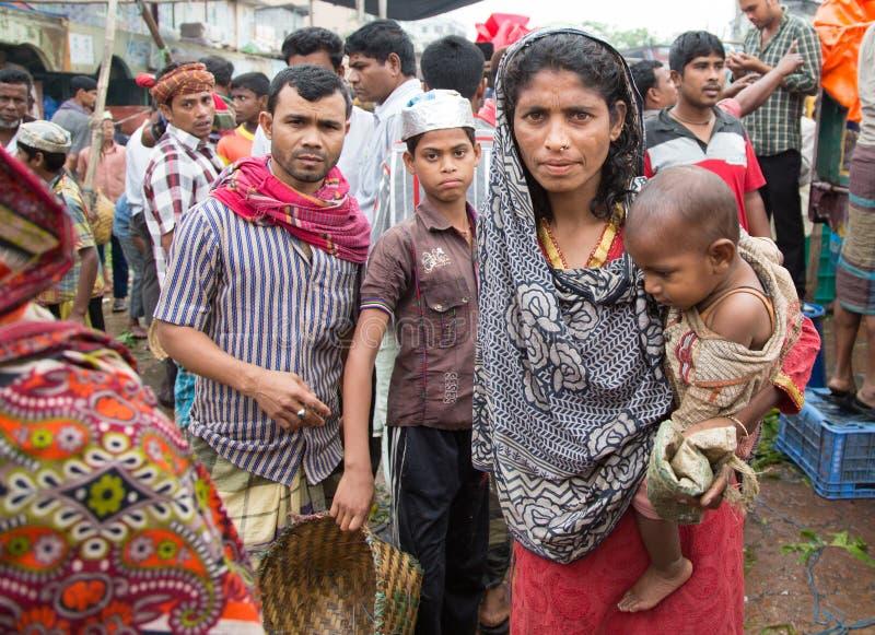 有她的婴孩的孟加拉国的妇女在市场上 免版税库存照片