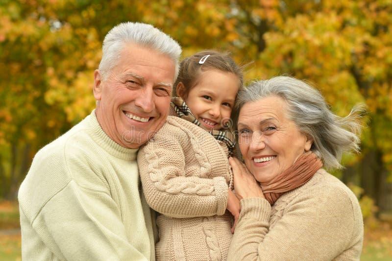 有她的孙女的祖父母 库存照片