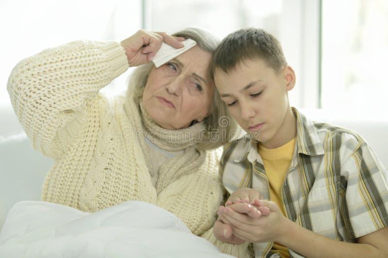 有她的孙子的病的资深妇女 库存图片