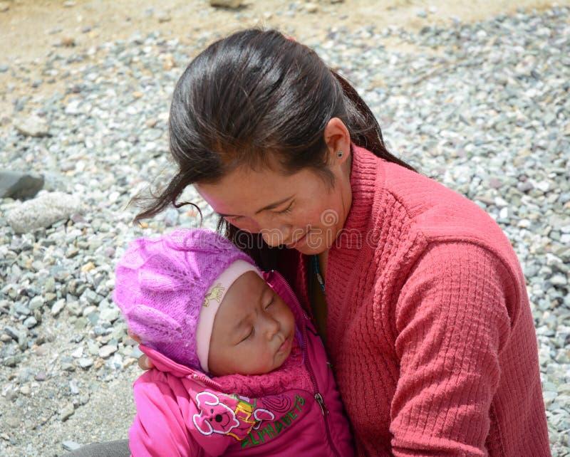 有她的孩子的一名妇女西藏村庄的在拉达克,印度 库存图片