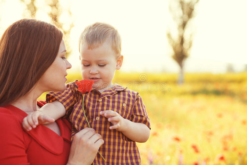 有她的孩子的母亲在阳光下 免版税库存照片