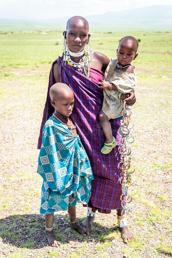 有她的孩子的马塞人妇女 免版税图库摄影