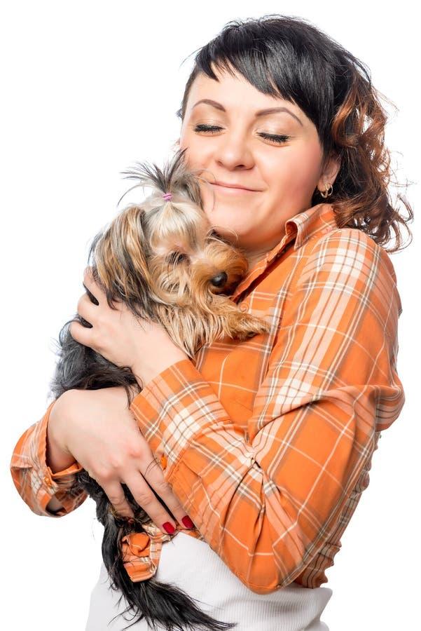 有她的宠物约克夏狗的妇女 免版税库存图片