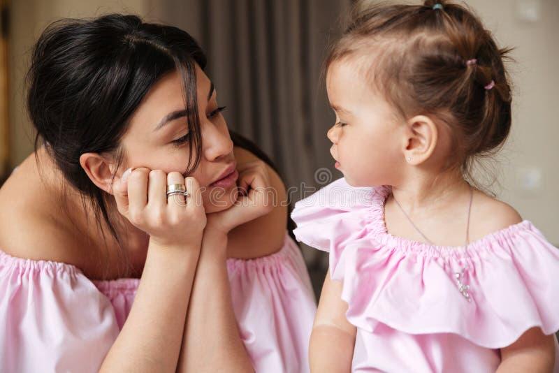 有她的小女儿的惊人的年轻母亲 免版税库存照片