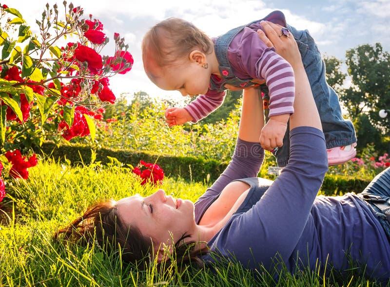 有她的小女儿的愉快的年轻母亲 免版税库存照片