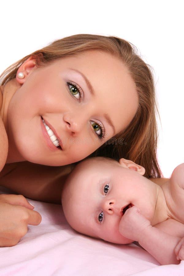 有她的小孩儿的愉快的母亲 图库摄影