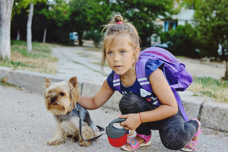 有她的小朋友的小女孩步行的 免版税库存照片