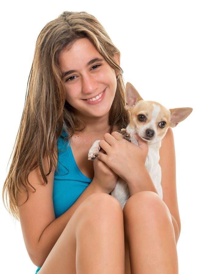 有她的小狗的愉快的西班牙十几岁的女孩 免版税库存照片