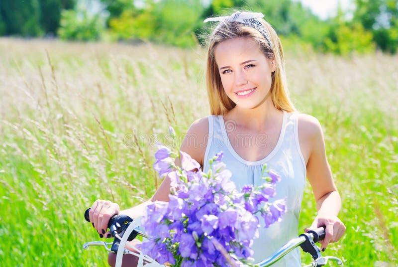 有她的巡洋舰自行车的美丽的女孩 免版税库存图片