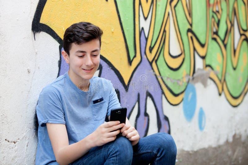 Download 有她的手机的年轻少年 库存照片. 图片 包括有 街道画, 现代, 纵向, 行家, 使用, 藏品, 室外, 消息 - 72355604