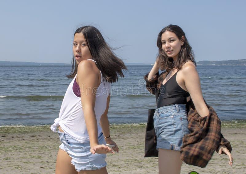 有她的支撑在Alki海滩,西雅图,华盛顿的Amerasian甥女的美丽的Amerasian伯母 免版税库存图片