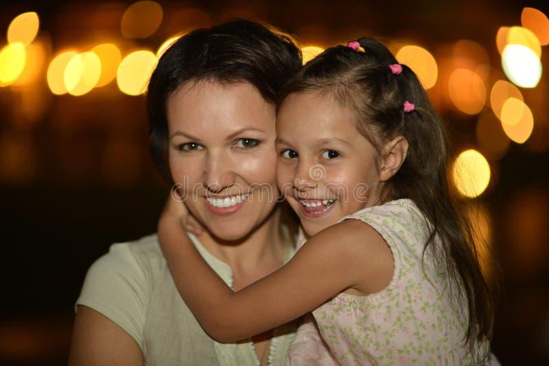 有她的母亲的小女儿 免版税库存照片