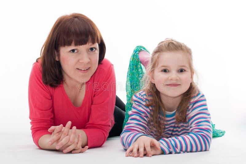 有她的母亲的小女孩 免版税图库摄影