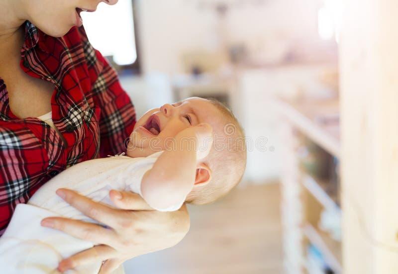 有她的母亲的小女婴 库存图片