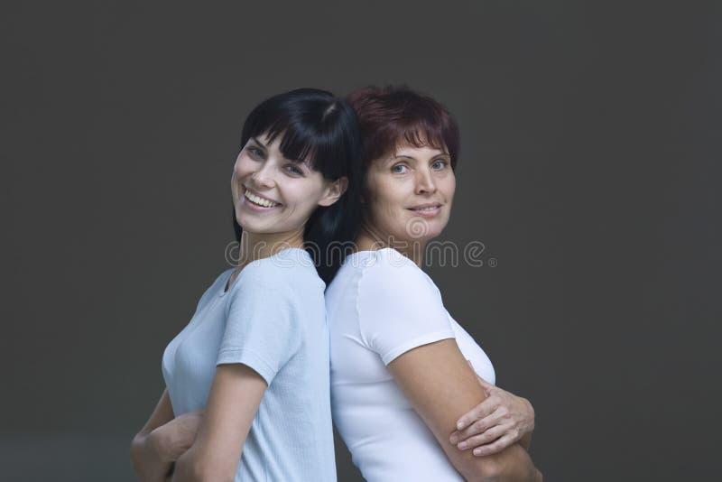 有她的母亲的微笑的少妇 库存照片