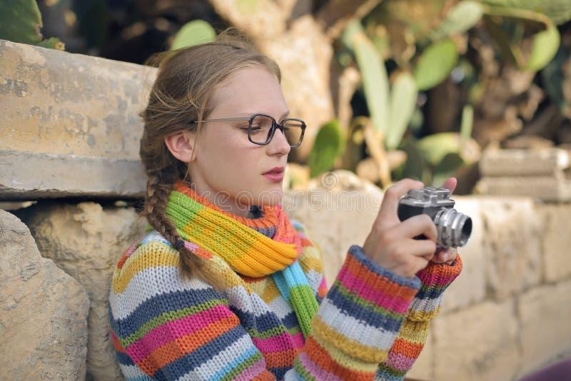 有她的照相机的妇女 免版税库存照片