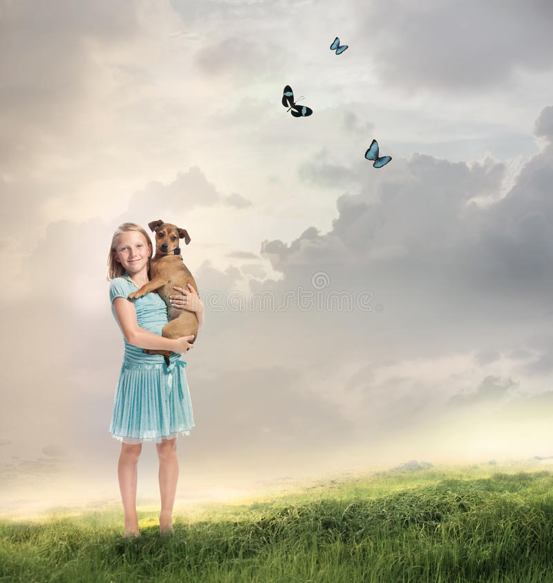 有她的狗的女孩 免版税库存图片