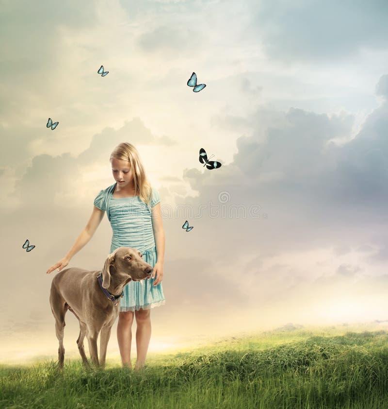 有她的狗的女孩 免版税图库摄影