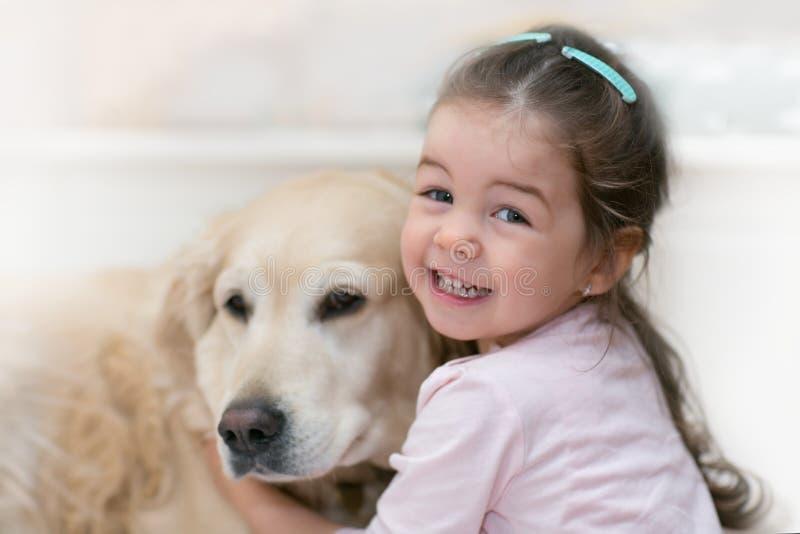 有她的狗的小女孩 免版税库存照片
