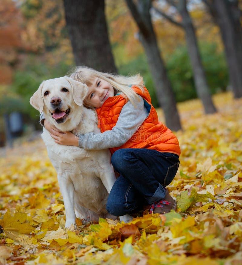 有她的狗的拉布拉多女孩 免版税图库摄影