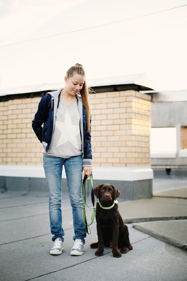 有她的狗的拉布拉多少妇 库存照片
