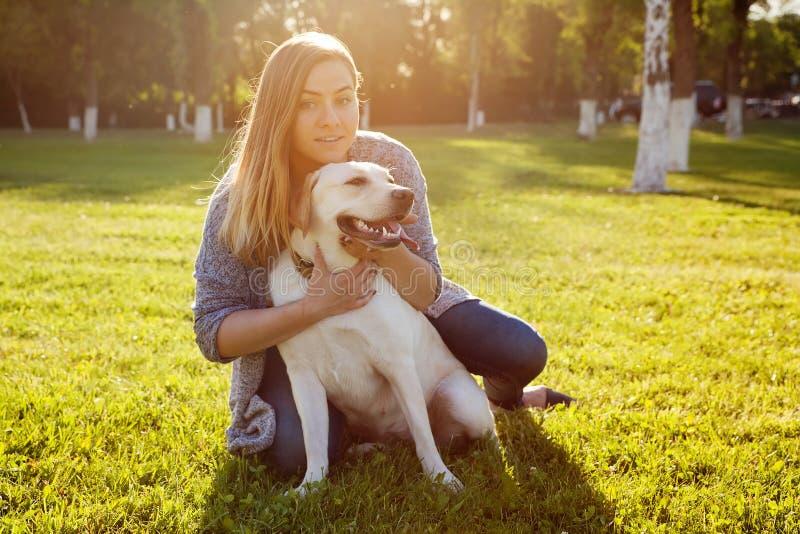 有她的狗的美丽的妇女 背景狗灰色拉布拉多小狗后方猎犬查阅 库存图片