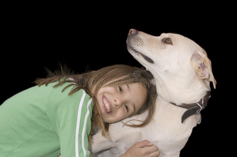 有她的狗的逗人喜爱的白种人女孩 免版税图库摄影