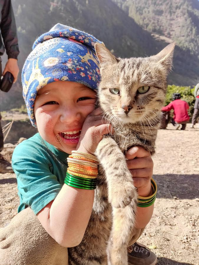 有她的猫的逗人喜爱的女孩 库存图片