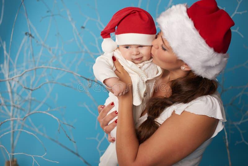 有她的甜婴孩的年轻母亲 免版税库存照片