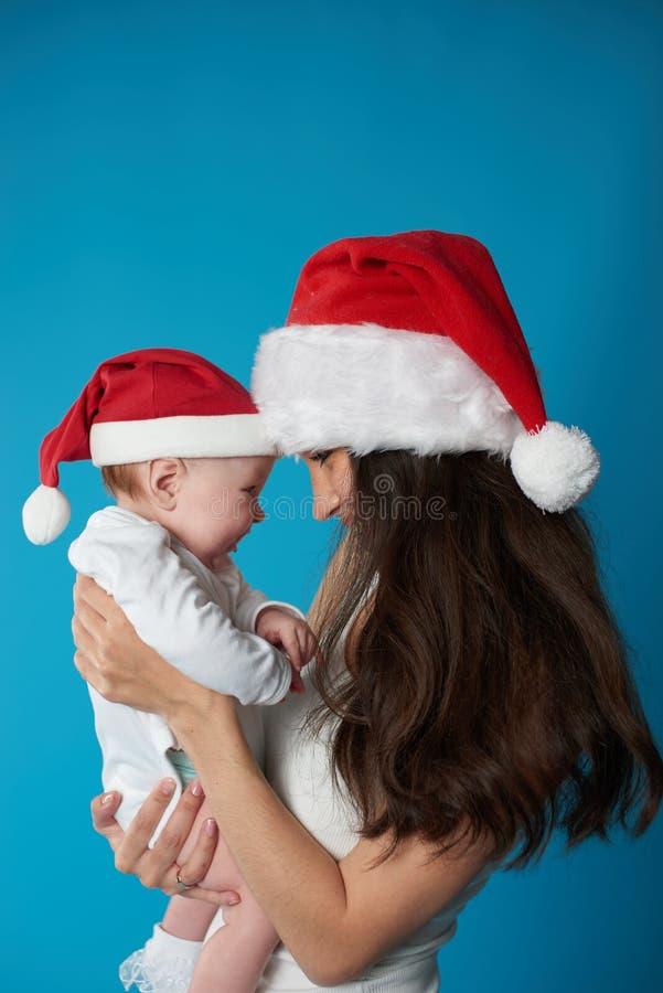 有她的甜婴孩的年轻母亲 免版税库存图片