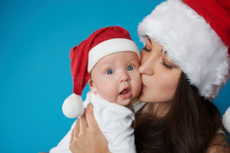 有她的甜婴孩的年轻母亲 库存照片