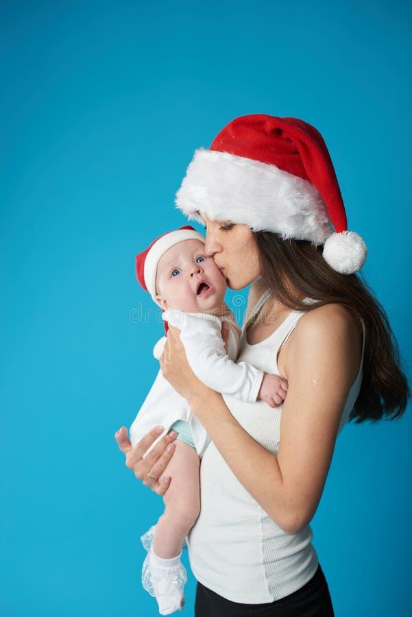 有她的甜婴孩的年轻母亲 图库摄影